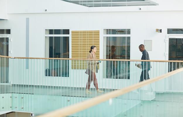 bureau intérieur avec deux personnes qui marchent